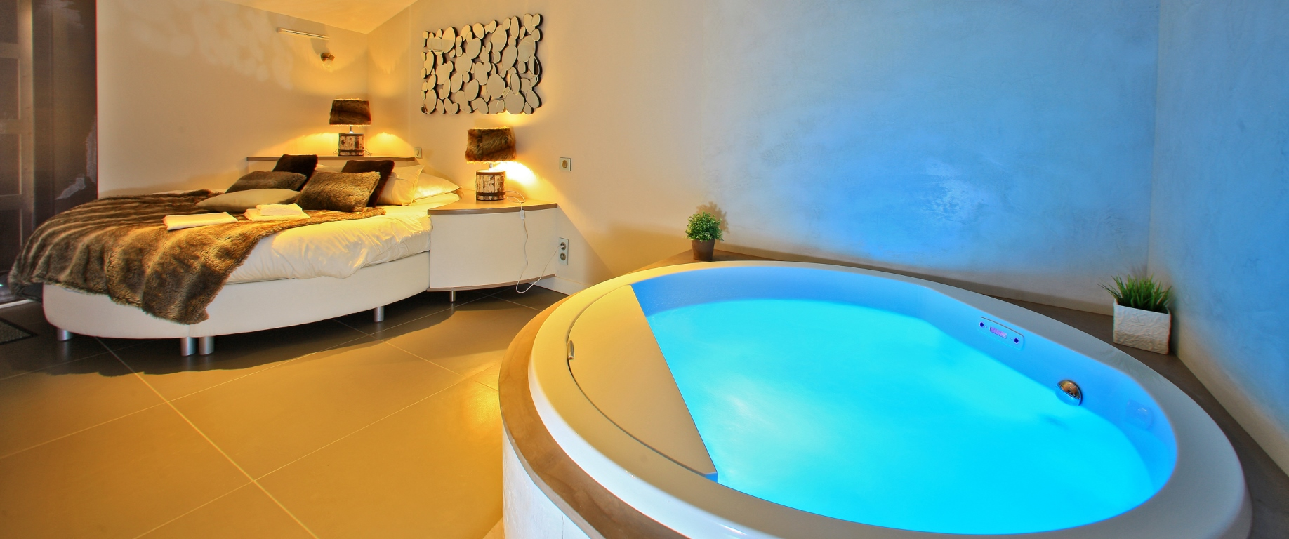 chambre avec baignoire balnéothérapie spa lit rond en vendée